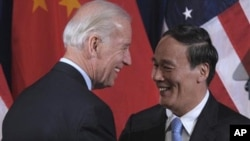 图为美国副总统拜登与中国国务院副总理王歧山资料照