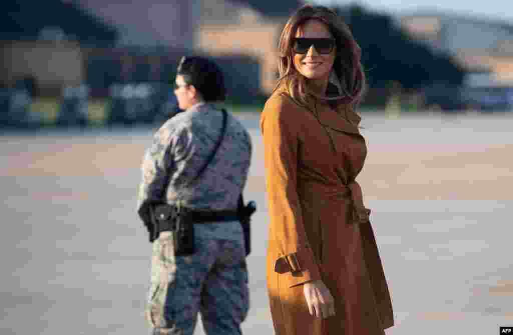 ملانیا ترامپ، بانوی اول آمریکا در حال سوار شدن در هواپیمای نظامی در فرودگاه اندروز در ایالت مریلند. وی به سفر آفریقایی رفته است.