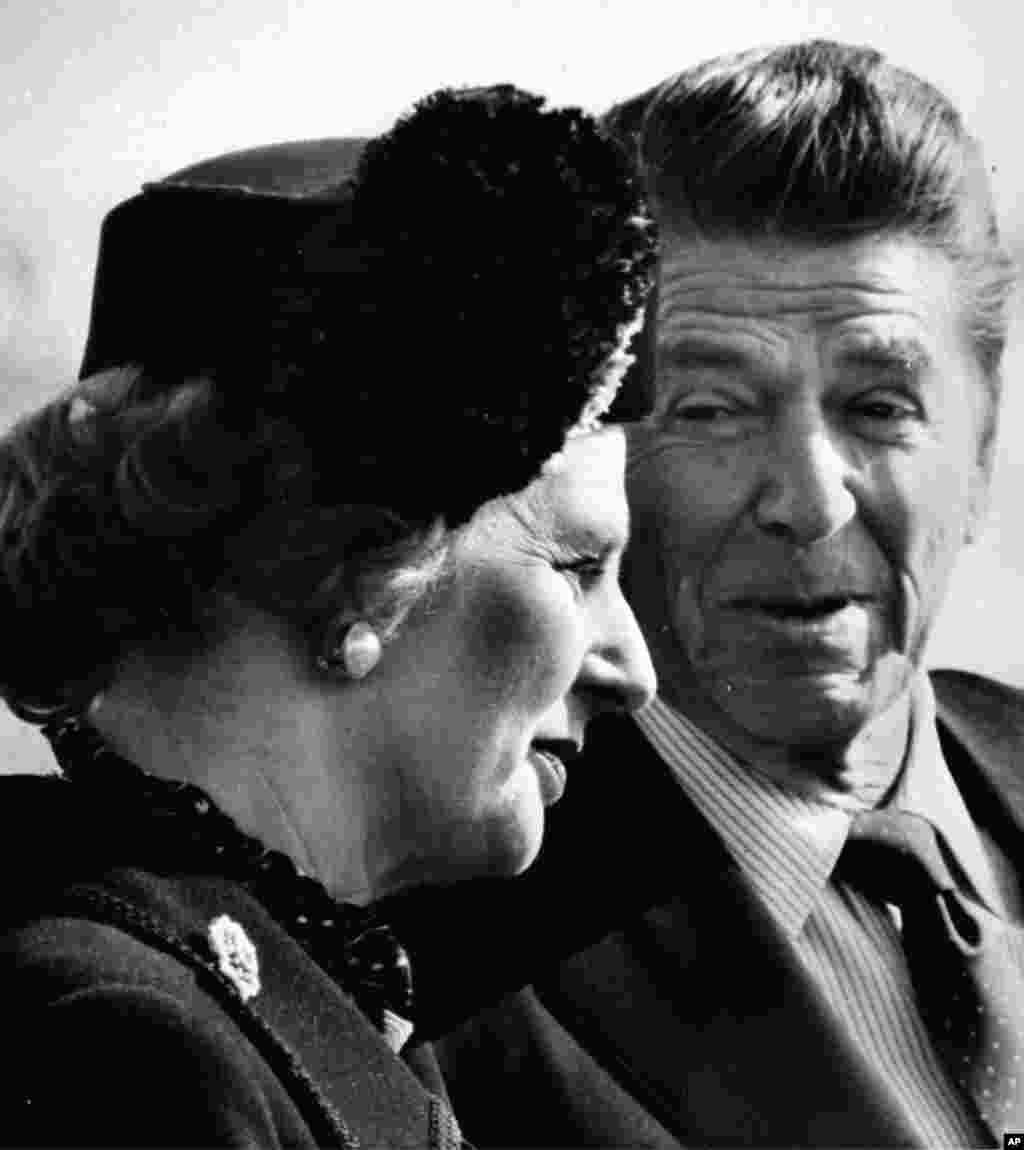 1981년 2월 26일 백악관 환영행사에서 로널드 레이건 미국 대통령(오른쪽)과 대화하는 마가렛 대처 전 영국 총리.