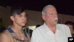 Alan Pulido es presentado por el gobernador del estado de Tamaulipas, Egidio Torre Cantú, luego del rescate del jugador mexicano que había sido secuestrado.