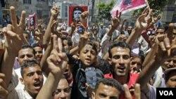 Demonstran Yaman kembali melakukan unjuk rasa menuntut mundurnya Presiden Ali Abdullah Saleh di kota Taiz (12/4).