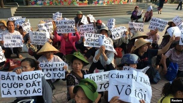 Nông dân làng Dương Nội biểu tình bên ngoài phiên toà xử bà Can Thị Thêu, 20/9/2016.