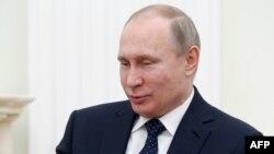 Le président russe Vladimir Poutine s'exprime lors d'une réunion au Kremlin à Moscou, le 15 février 2018.