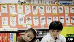 Petogodišnji učenici Perla Oric i Jahir Perezat u dvojezičnoj školi u Teksasu.