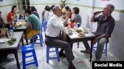 Tổng thống Barack Obama (trái) và ông Anthony Bourdain tại một quán bún chả ở Hà Nội, tháng 5/2016. Ảnh: Twitter Barack Obama.