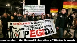 Pripadnici građanske inicijative PEGIDA sinoć u šetnji kroz Drezden