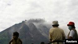 Warga desa menunggu untuk dievakuasi pasca meletusnya gunung Sinabung di Karo, Sumatera Utara (15/9).
