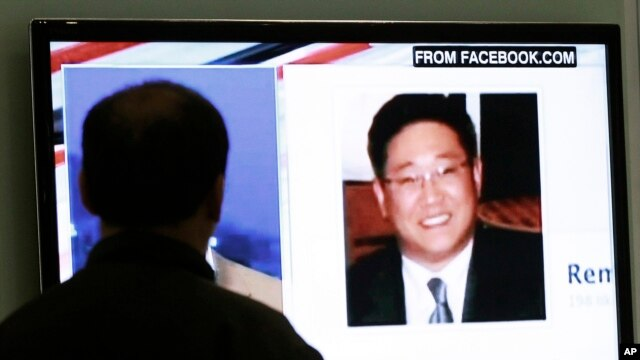 A South Korean man watches a television news program showing Korean American Kenneth Bae in Seoul, South Korea, May 2, 2013