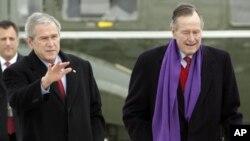 Cựu tổng thống George H. W. Bush và con cựu tổng thống George W. Bush