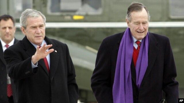 George W. Bush junto a su padre de 88 años.