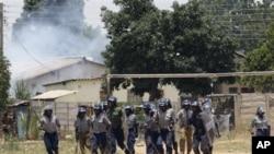 Polícia anti-motim zimbabueana numa operação de controlo de manifestantes, Novembro 2011