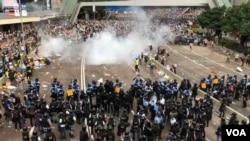 香港6-12警民大衝突後,有建制派立法會議員呼籲港府暫緩修訂《逃犯條例》。(美國之音湯惠云)