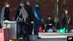 2013年11月12日北京: 三中全会新增保安岗位和人行道上妇女