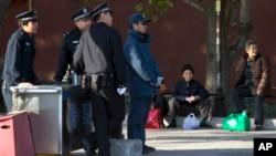 Nhân viên an ninh Trung Quốc tại một chốt kiểm soát ở Bắc Kinh, ngày 12/11/2013.