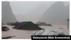 Mưa lũ gây ngập lụt ở Quảng Bình. Ảnh chụp màn hình từ Vietnamnet.