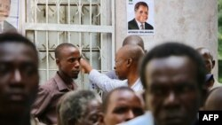 Les partisans du principal parti d'opposition mozambicain, la Renamo (Résistance nationale mozambicaine), à la veillée mortuaire de leur leader Afonso Dhlakama décédé deux jours plus tôt, Maputo, le 5 mai 2018.