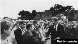 Средба со доброволци на Мировниот корпус во 1961-ва, организација што тој ја замисли и основа