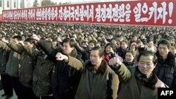 Chừng 100.000 người Bắc Triều Tiên tham gia cuộc mít tinh hôm thứ Hai, cầm cờ và hô khẩu hiệu ca ngợi lãnh tụ tối cao Kim Jong Il và thân phụ của ông