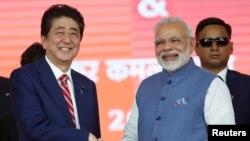 PM Jepang Shinzo Abe (kiri) bertemu sejawatnya PM India Narendra Modi di New Delhi 14 September lalu, membahas usaha meningkatkan kerjasama keamanan maritim.