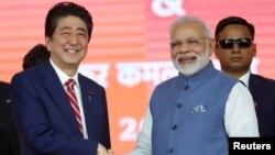 日本首相安倍晋三与印度总理莫迪在艾哈迈德巴德的高铁动工仪式上握手。(2017年9月14日)