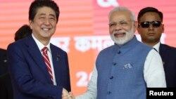 인도를 방문한 아베 신조 일본 총리(왼족)가 14일 아마다바드 시에서 열린 고속철 기공식에 참석해 나렌드라 모디 인도 총리와 악수하고 있다.