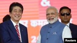 Thủ tướng Nhật Shinzo Abe và Thủ tướng Ấn độ Narendra Modi trong buổi lễ động thổ xây đường ray cao tốc tại Ahmedabad, Ấn độ ngày 14/9/2017.