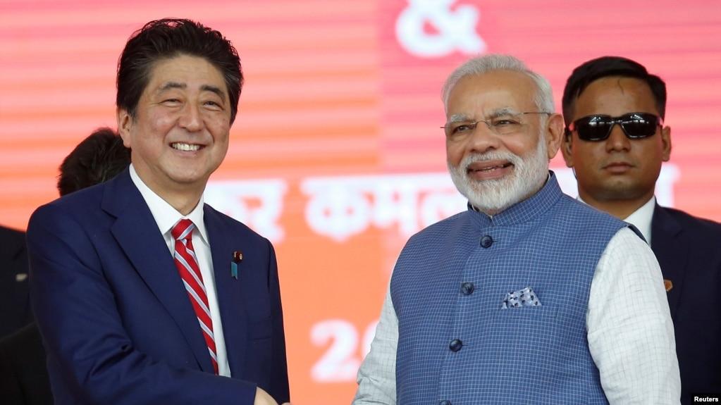 日本首相安倍晉三與印度總理莫迪在艾哈邁德巴德的高鐵動工儀式上握手。 (2017年9月14日)