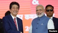 នាយករដ្ឋមន្រ្តីជប៉ុន Shinzo Abe ចាប់ដៃជាមួយសមភាគីលោក Narendra Modi នៃប្រទេសឥណ្ឌានៅក្នុងកិច្ចប្រជុំផ្លូវរថភ្លើងល្បឿនលឿនមួយកាលពីថ្ងៃទី១៤ កញ្ញា ២០១៧។