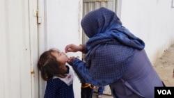 2020年10月24日一名阿富汗女孩接受小兒麻痺症疫苗。