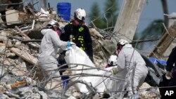 Equipa de resgate procura por corpos ou sobreviventes no prédio Champlain, Miami, 5 de Julho de 2021