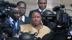 Fatou Bensouda (au c.) devant la presse à Abidjan, Côte d'Ivoire, le 28 juin 2011.