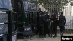 Polisi berjaga di depan gedung pengadilan di Kairo, Mesir. (Foto: dok).