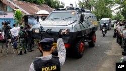 Xe bọc thép của cảnh sát Indonesia chở hai tử tù người Úc đến cảng Wijaya Pura ở Cilacap, miền Trung Java, Indonesia, ngày 4/3/2015.