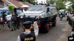 Xe bọc thép của cảnh sát Indonesia chở 2 tù nhân người Úc tới cảng Wijaya Pura ở Cilacap, miền Trung Java, Indonesia, ngày 4/3/2015.