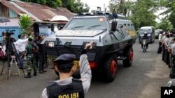 Kendaraan lapis baja milik polisi yang membawa dua terpidana asal Australia tiba di pelabuhan Wijaya Pura di Cilacap, Jawa Tengah (4/3). (AP/Achmad Ibrahim)