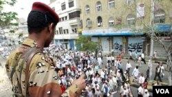 Seorang tentara Yaman mengawasi aksi demonstrasi anti-pemerintah di kota Taiz, Yaman selatan (26/4).