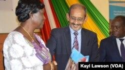Le représentant de l'Unicef au Togo Isselmou Boukhary, remet le rapport à la ministre de l'action sociale Tchabinandi Kolani Yentcharé, à Lomé, Togo, le 12 décembre 2016. (VOA/Kayi Lawson)