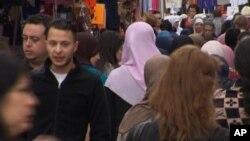 تصویری از صلاح عبدالسلام در یکیاز خیابانهای بروکسل که به دستگیری او منجر شد.