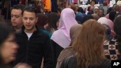 Hình ảnh chụp từ video ngày 13 tháng 4, 2016 cho thấy Salah Abdeslam (thứ hai từ bên trái).