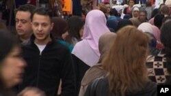 资料照:去年巴黎袭击主要嫌犯萨拉赫.阿布德萨拉姆(第二排左)