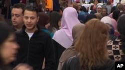 去年巴黎襲擊主要嫌犯薩拉赫.阿布德薩拉姆(第二排左)。(資料圖片)
