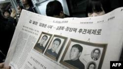 Một nhật báo Nam Triều Tiên đăng hình giới lãnh đạo Bắc Triều Tiên. Từ trái: Kim Il Sung, Kim Jong Il, Kim Jong Un, Jang Song Teak. và vợ Kim Kyong Hui