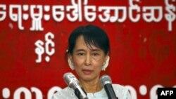 Bà Aung San Suu Kyi phát biểu trong một cuộc họp với các thành viên thuộc Liên minh Toàn quốc Đấu tranh cho Dân chủ tại trụ sở của đảng tại Rangoon, Miến Điện, ngày 8/2/2011