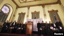 Các thành viên liên minh đối lập Ai Cập chào cờ trước một cuộc họp báo ở Cairo, 23/12/12