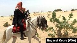 Un voyageur sur un cheval à la sortie du camp de Dar Es Salam à Baga-Sola (ouest du Tchad). 2 avril 2016. (VOA/Bagassi Koura).