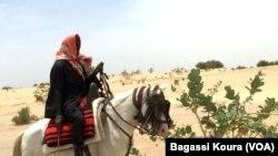 Un voyageur sur un cheval à la sortie du camp de Dar Es Salam à Baga-Sola (ouest du Tchad).