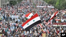 시리아 중부도시 하마에 집결한 반정부 시위대들이 바샤르 알아사드 대통령의 퇴진을 외치며 거리를 행진하고 있다.