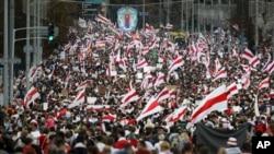 白俄罗斯抗议者在首都明斯克游行集会。(2020年9月6日)