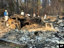 미국 캘리포니아주 패러다이스 마을에서 지난해 11월 산불로 타버린 주택과 차량들.