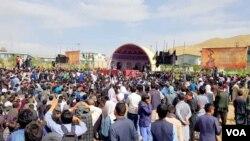 جشنواره فرهنگی و هنری دمبوره با حضور هزاران تن امروز در شهر بامیان آغاز شد.